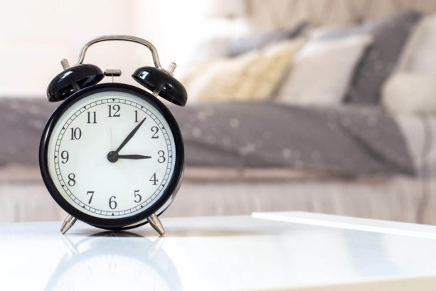 alarm-clock-blurred-background-clock-1449900